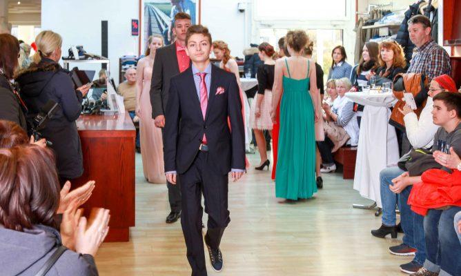 Festliche Kleidung für Jungen und Mädchen zur Jugendweihe und Abiball