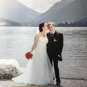 Ein Hochzeitspaar mit Hochzeitsmode von DAGIS